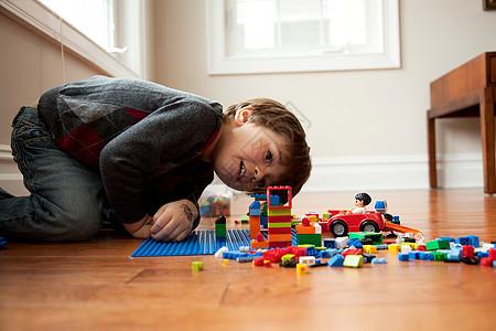 男孩看着玩具块图片