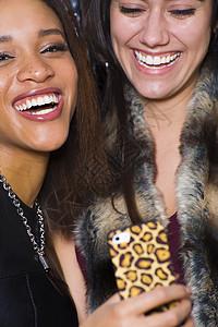 两名年轻女子用智能手机自拍图片
