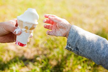 幼儿吃冰淇淋图片
