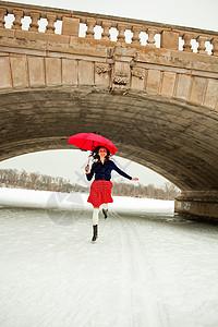 撑着红伞的年轻女子图片