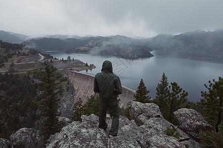 在美国科罗拉多州俯视大坝的人图片