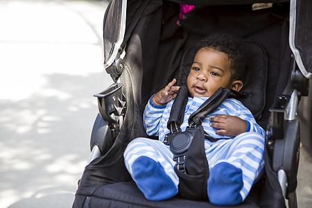 婴儿车里的男婴图片