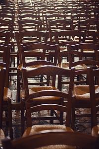 成排的传统木椅图片