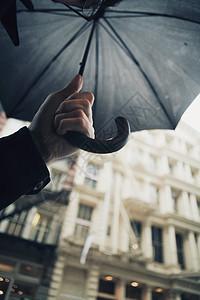 拿伞的手图片