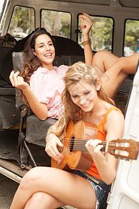 里约热内卢露营车上带吉他的年轻女性图片