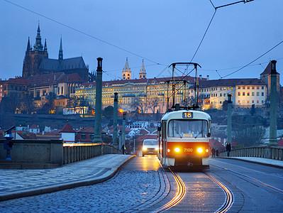 捷克共和国布拉格黄昏时分查尔斯桥的圣维图斯大教堂图片
