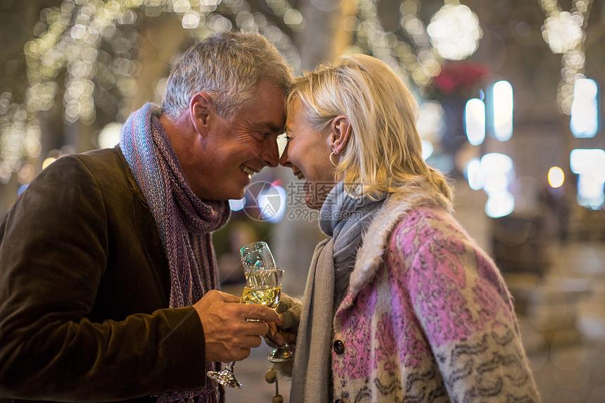 中年夫妇在户外碰头喝香槟图片