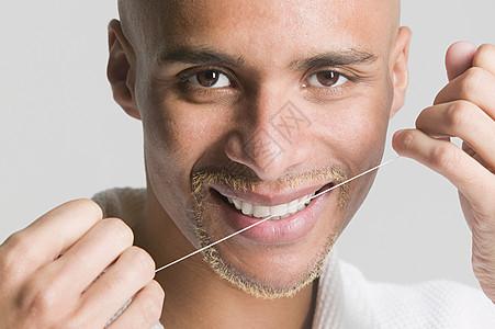 用牙线剔牙的人图片