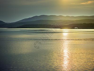 苏格兰高地日落时海边的景色图片