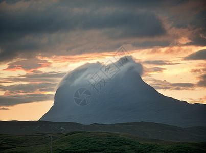 英国苏格兰,阿森特,黄昏时分,低云在斯塔克-波莱德山顶上翻滚图片