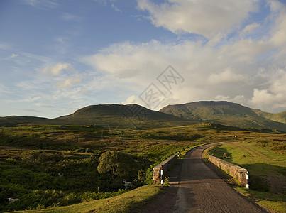 苏格兰阿森特乡村公路和遥远的山脉图片