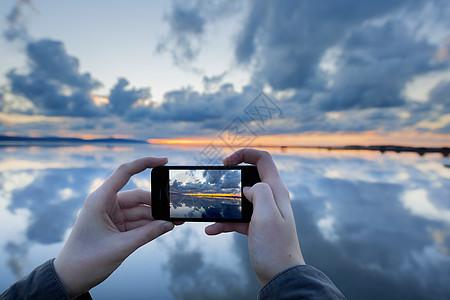 拍摄日落时湖面倒影的人,英国西柯比图片