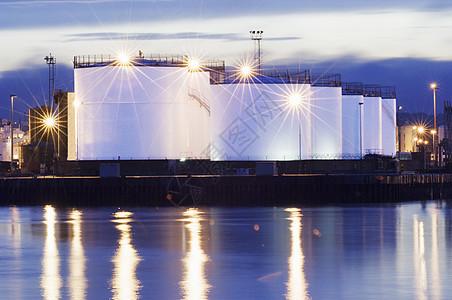 苏格兰阿伯丁港石油或天然气储罐图片