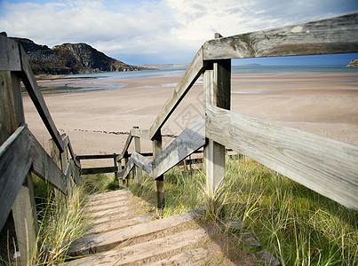 通往苏格兰高地偏远海滩的台阶图片