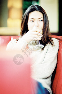 有酒的女人图片