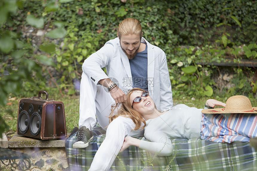 花园聚会上的一对夫妇图片