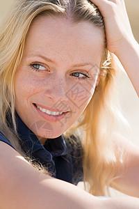 一位年轻女子的肖像图片