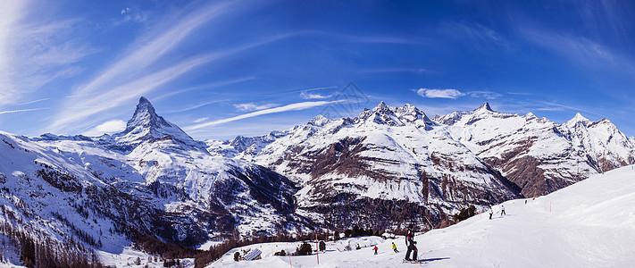 瑞士泽马特滑雪场和滑雪者全景图图片