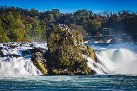 瑞士莱茵瀑布岛上的游客图片