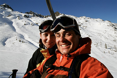 情侣在滑雪缆车上图片