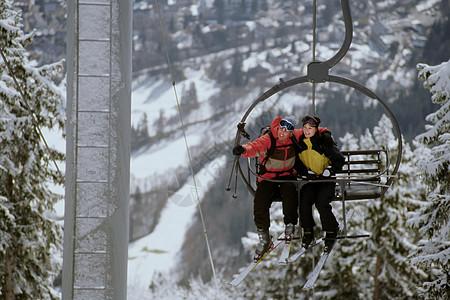 滑雪缆车上的情侣图片