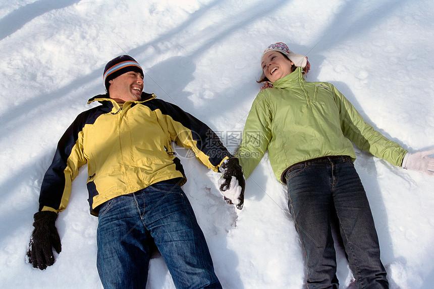 一对躺在雪地里的夫妇图片