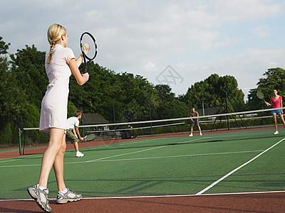 年轻人打网球图片