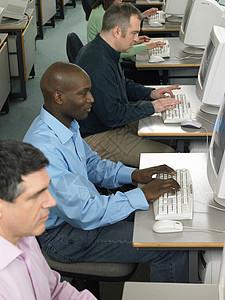 使用电脑的成熟学生图片