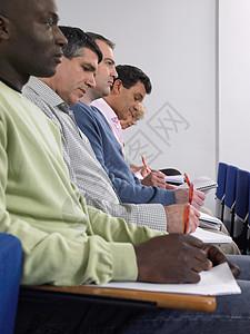 参加讲座的学生图片