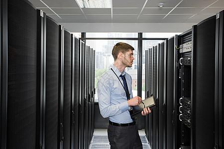 在服务器上工作的计算机技术人员图片