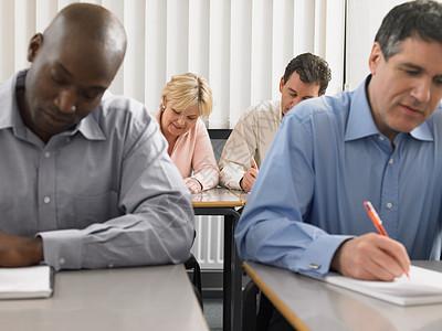 课堂上的成熟学生图片