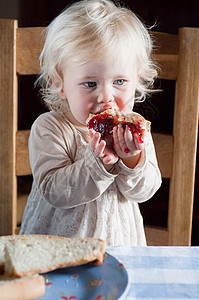 吃面包和果酱的女婴图片
