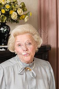 脸上有蛋糕的外国老太太图片