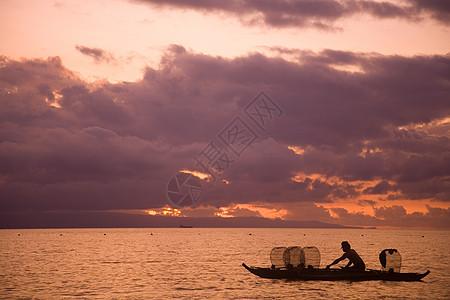 日出时的渔夫图片