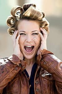一头卷发尖叫的女性图片