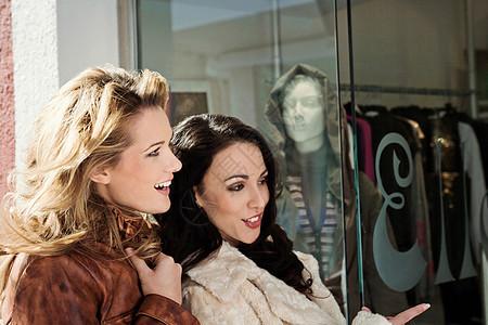两个女朋友逛橱窗图片