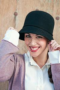 戴帽子的女人肖像图片