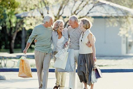 开心购物归来的老人图片