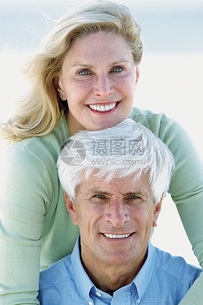 海滩上一对夫妇的肖像图片