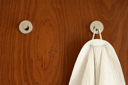 挂在衣钩上的浴袍图片