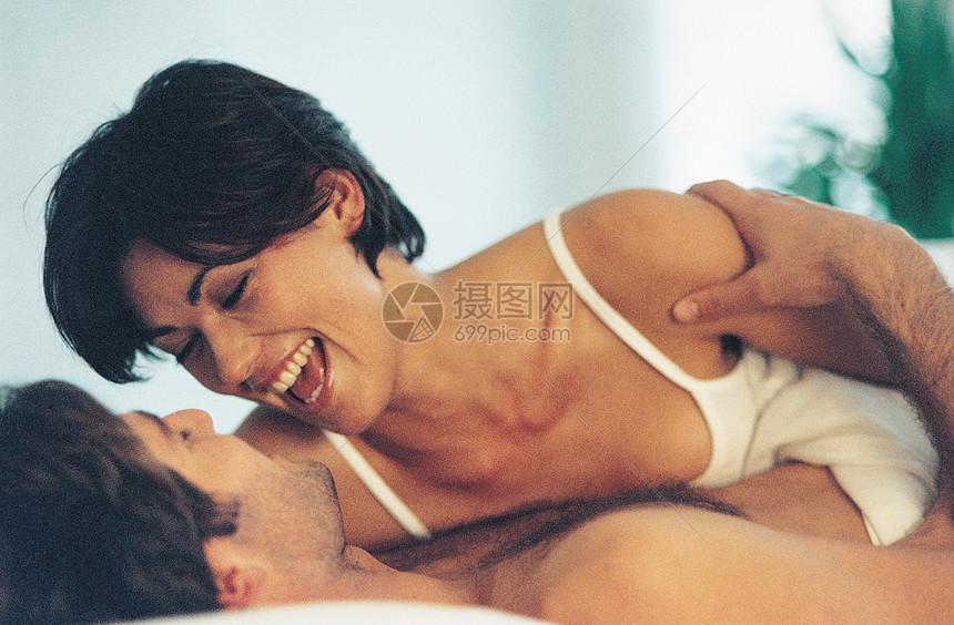 床上夫妇图片