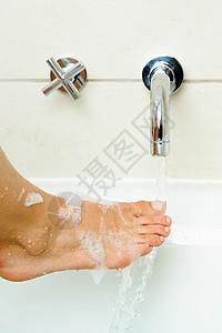 女人洗脚图片