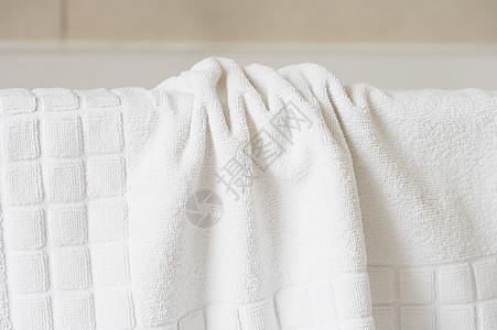 浴缸边上的毛巾图片