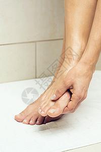擦脚的女人图片