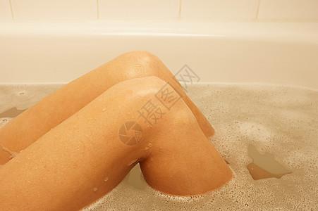 洗澡的女人的膝盖图片
