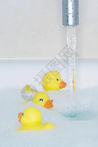 浴缸里的玩具小黄鸭图片