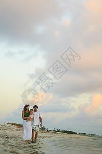 家人一起在海滩散步图片