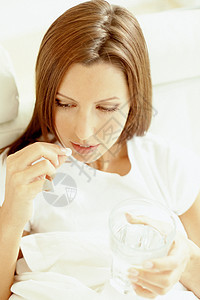 服药的女人图片