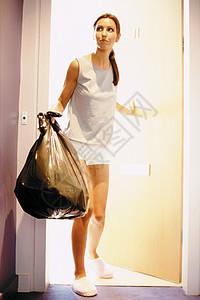 妇女出门倒垃圾图片