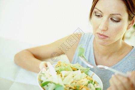 女人在吃东西图片